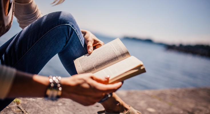 10 Great Books to Read While Traveling - The Abroad Guide https://theabroadguide.com/books-to-read-while-traveling